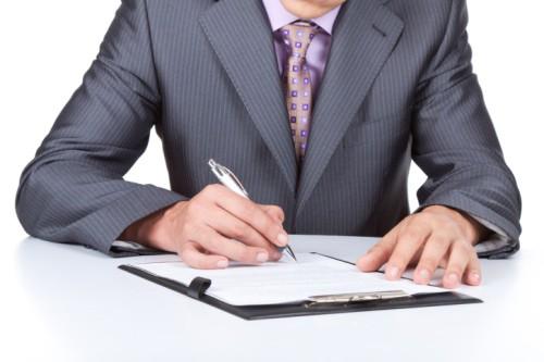 homme d'affaires signe un contrat