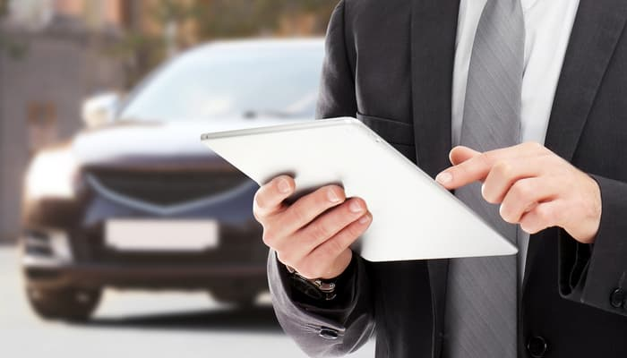 Man using tablet to get free car insurance quotes
